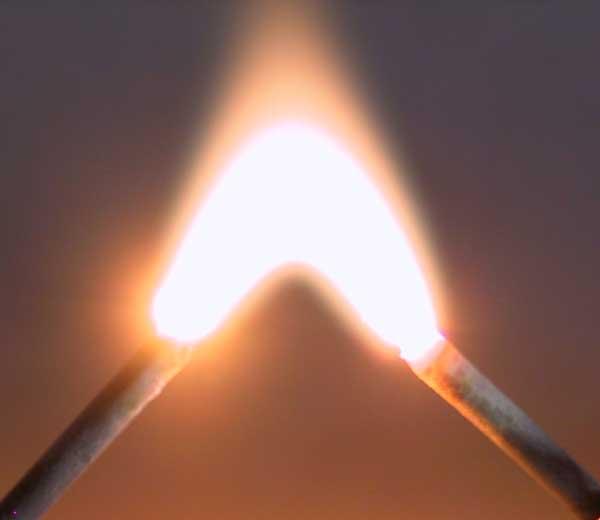Lichtbogen zwischen zwei Stahlnägeln - Quelle Wikipedia